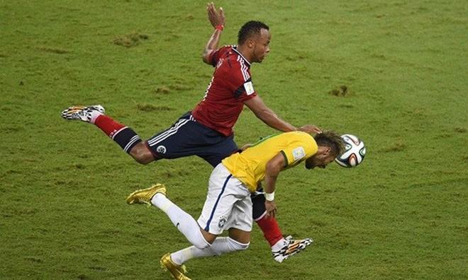 Pha vào bóng của Zuniga khiến Neymar dính chấn thương - Ảnh: Eurosport.