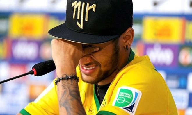 Neymar rớt nước mắt nhớ lại cú thúc gối kinh hoàng