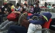 Người dân ngủ ở bến xe khi trở lại Sài Gòn lúc nửa đêm