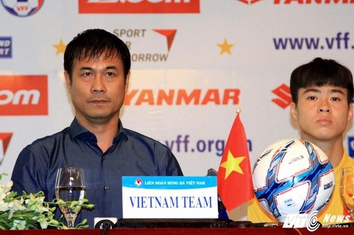 HLV Hữu Thắng và tân đội trưởng U23 Việt Nam - Đỗ Duy Mạnh (Ảnh: Hoàng Tùng).