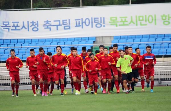 Các cầu thủ U20 Việt Nam tập nhẹ