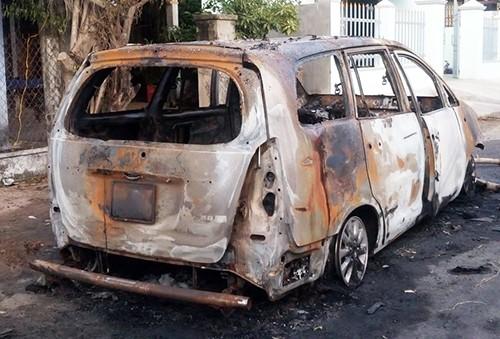 Xe Innova bị cháy rụi sau khi phát nổ.