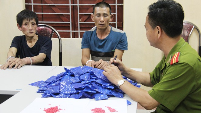Nguyễn Đức Thịnh và Nguyễn Viết Cường cùng tang vật liên quan tại cơ quan điều tra.