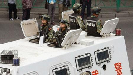 Cảnh sát vũ trang cùng xe tuần tra hạng nặng có mặt ở khu tự trị Duy Ngô Nhĩ Tân Cương - Ảnh:Chinadaily.cn