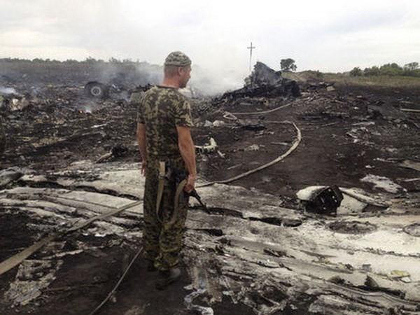 Một tay súng ly khai tại hiện trường vụ rơi máy bay MH17. Ảnh: Reuters