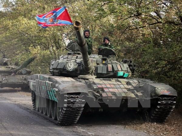 Xe tăng của lực lượng ly khai rời thị trấn Novoazovsk ở khu vực Donetsk ngày 21/10. (Nguồn: AFP/TTXVN)