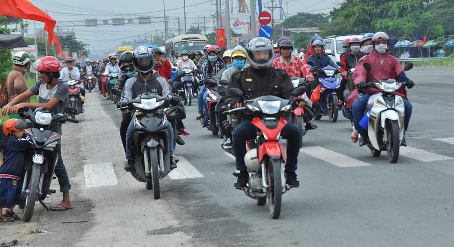 Người miền Tây vất vả 'đội mưa' trở lại Sài Gòn sau Tết