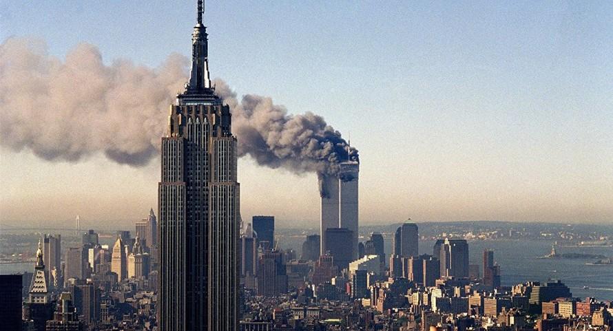 Tòa nhà Trung tâm Thương mại Thế giới bốc cháy sau khi bị 4 máy bay đâm vào hôm 11/9/2001. Ảnh: AP