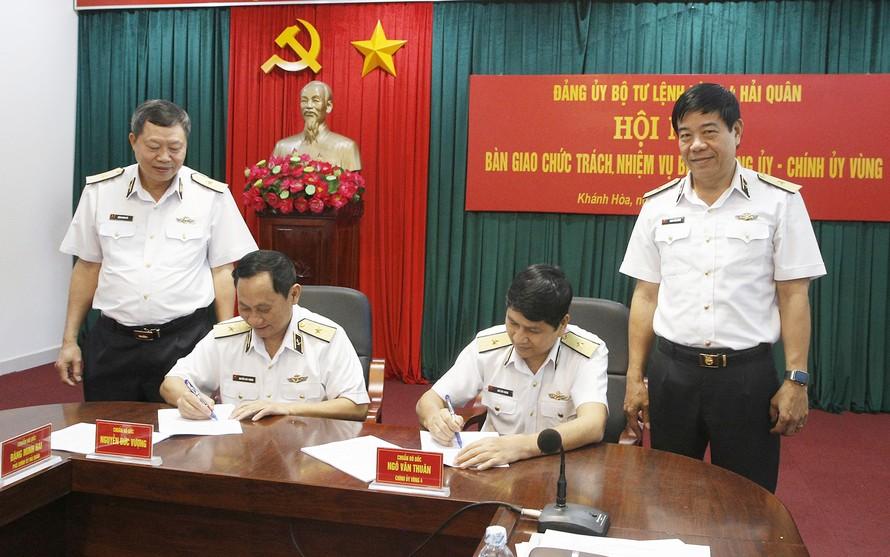 Chuẩn đô đốc Nguyễn Đức Vượng bàn giao chức trách nhiệm vụ cho Chuẩn đô đốc Nguyễn Văn Thuân. Ảnh: VGP